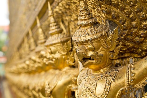 Statua di garuda di wat phra kaew a bangkok, tailandia