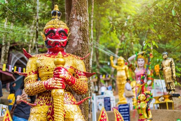 Statua di guardiano gigante bellissima sulla via verso la pietra con l'impronta del signore buddha