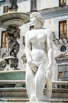 Statua di marmo in piazza pretoria, palermo, sicilia