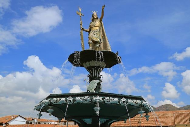 Statua di pachacuti inca yupanqui sulla fontana, plaza de armas square, cusco, perù