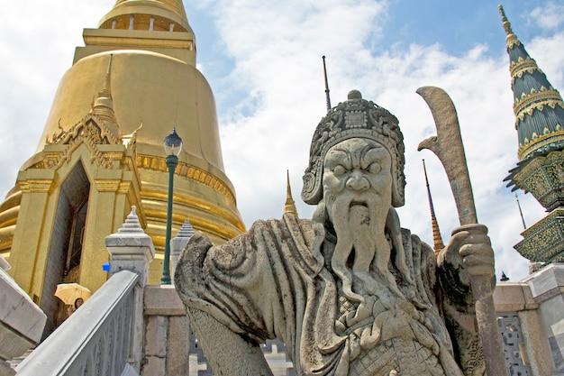 Statua di pietra cinese della guardia a wat phra kaeo, tempio del buddha di smeraldo, thailandia