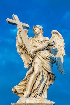 Statua di un angelo in piedi sul ponte che conduce al castello sant'angelo, roma