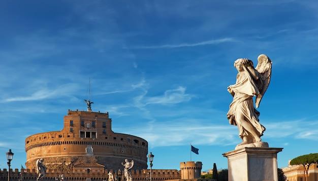 Statua di un angelo su sant angelo bridge a roma, italia