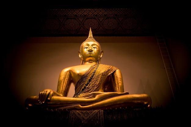 Statua dorata del buddha in tailandia
