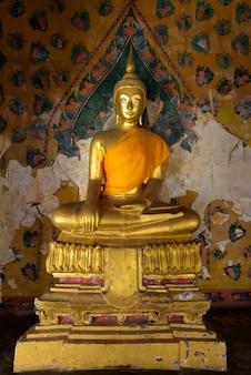 Statua dorata del buddha in wat arun a bangkok, thailandia