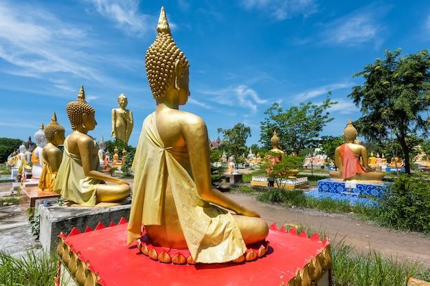 Statua dorata di budddha a wat phai rong wua