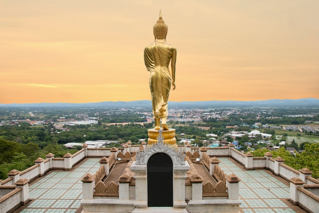 Statua dorata di buddha che sta a wat phra that khao noi, nan province, tailandia