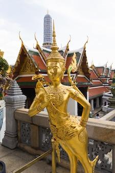 Statua dorata di kinnari a wat phra kaew, bangkok, tailandia