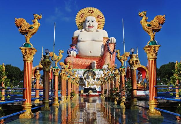 Statua felice del buddha a samui in tailandia