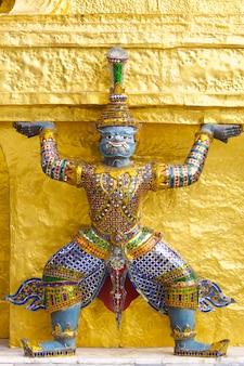 Statua gigante nel tempio di emerald buddha, bangkok, tailandia