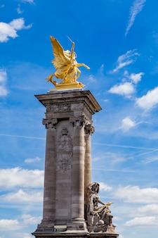 Statua la renommee de la guerre a pont alexandre iii a parigi