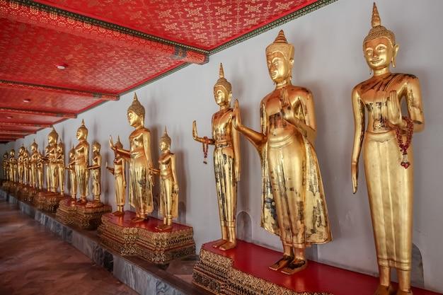 Statua magnifica di buddha a wat pho (tempio), bangkok, tailandia