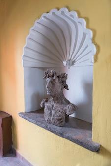 Statua sulla nicchia, hotel belmond casa de sierra nevada, san miguel de allende, guanajuato, messico