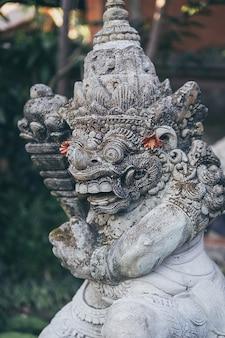 Statue di demoni balinesi nel palazzo ubud, bali