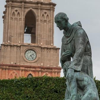 Statue di fronte alla torre dell'orologio, zona centro, san miguel de allende, guanajuato, messico