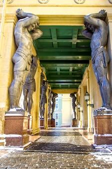 Statue di marmo del soffitto della stretta di atlant di new hermitage, san pietroburgo, russia