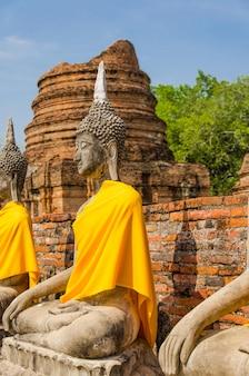 Statue e templi di buddha.
