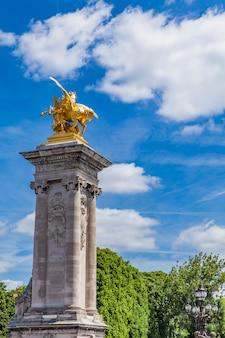 Statue la renommee des arts a pont alexandre iii a parigi