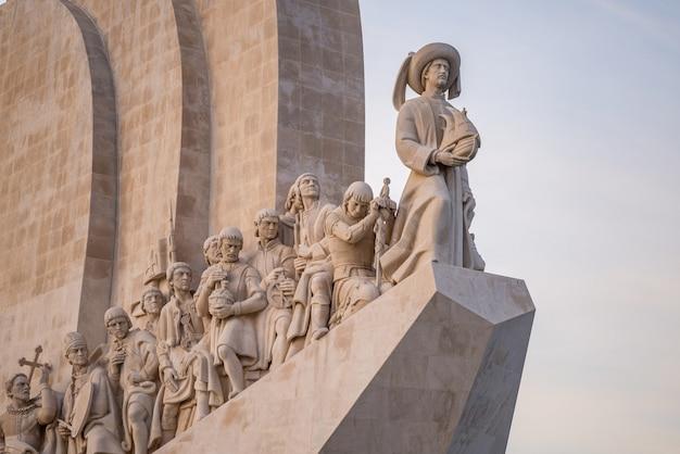 Statue sul monumento delle scoperte sotto la luce del sole a lisbona in portogallo