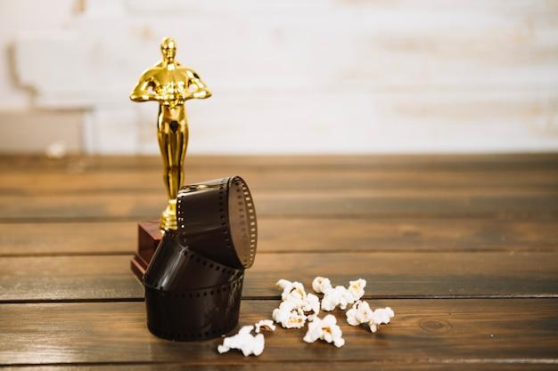 Statuetta di oscar, film e popcorn