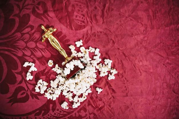 Statuetta di oscar nel mucchio di popcorn