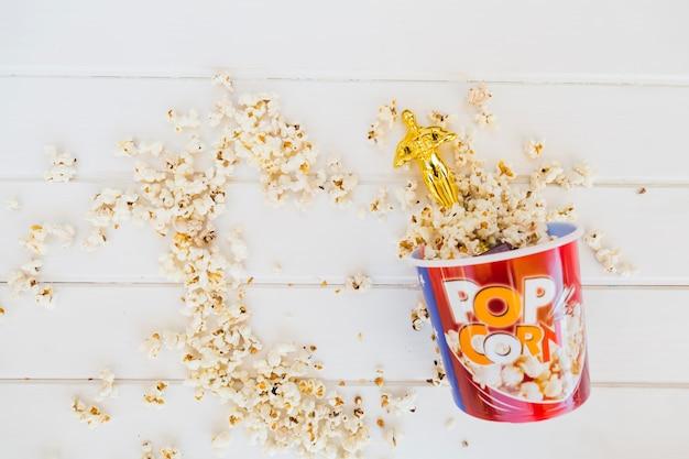 Statuetta di oscar nel secchio dei popcorn