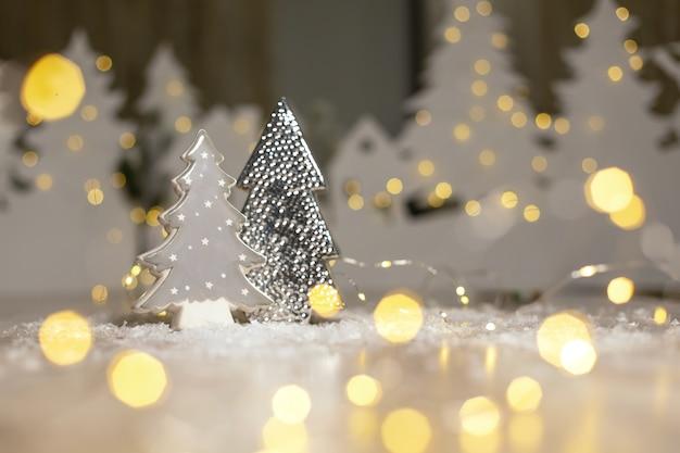 Statuetta di un albero di natale decorazioni festive, luci calde del bokeh.