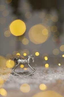 Statuine decorative a tema natalizio, statuetta di un cavallo a dondolo,
