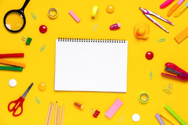 Stazionario colorato nel lavoro scolastico creativo di concetto
