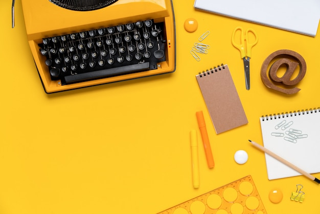 Stazionario variopinto nella vista superiore del lavoro scolastico creativo di concetto