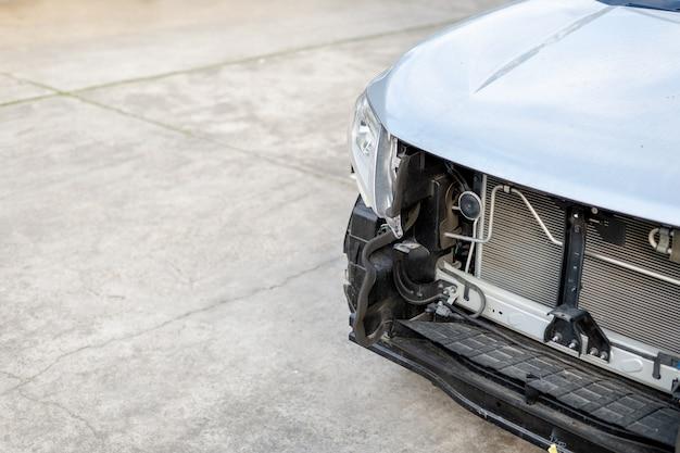 Stazione di riparazione auto con soft focus e più luce sullo sfondo