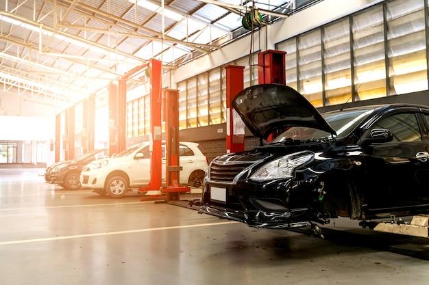 Stazione di riparazione auto nera con soft-focus e sovra luce sullo sfondo