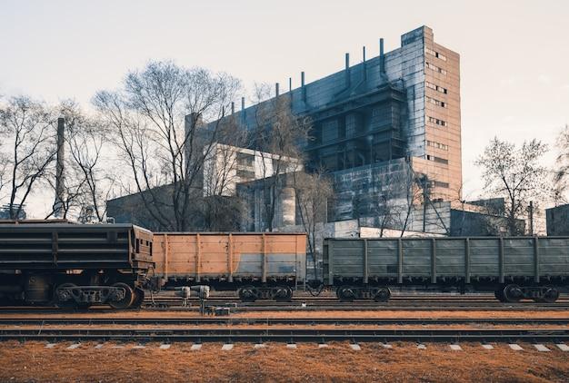 Stazione ferroviaria con carri merci