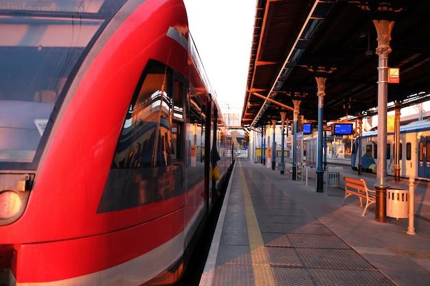 Stazione ferroviaria con treni in luce tramonto o alba