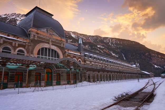 Stazione ferroviaria di canfranc a huesca su pirenei spagna