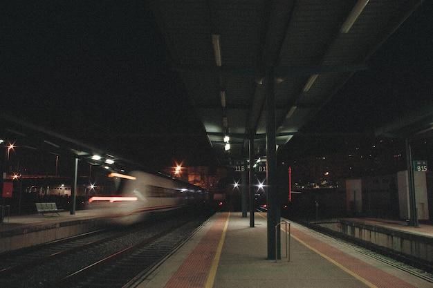 Stazione ferroviaria di notte