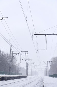 Stazione ferroviaria nella bufera di neve invernale