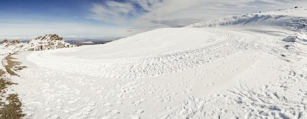 Stazione sciistica della sierra nevada in inverno, piena di neve.