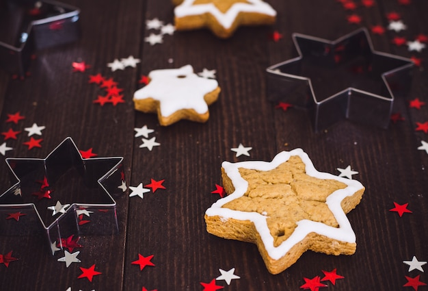 Stella del nuovo anno di natale dei biscotti del pan di zenzero con la forma per tagliare i biscotti