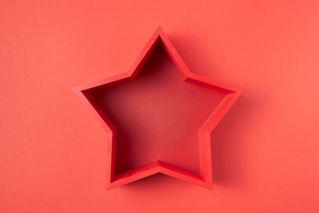 Stella vuota rossa su rosso