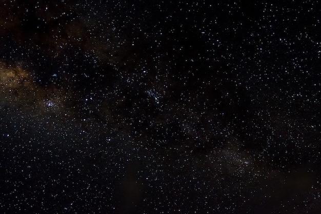 Stelle e galassie spazio esterno cielo notte sullo sfondo