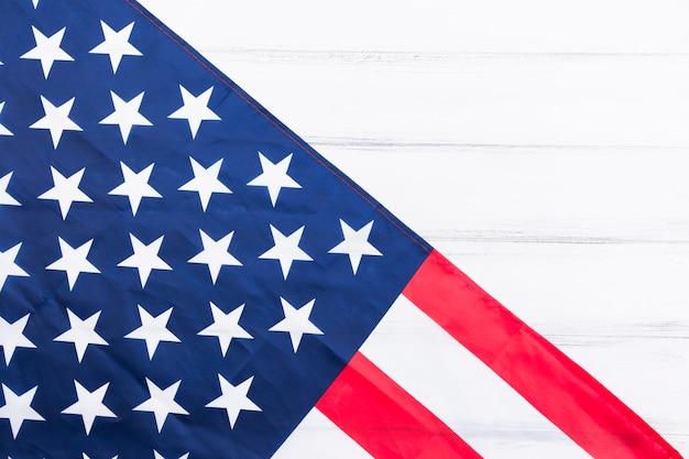 Stelle e strisce della bandiera americana su superficie bianca