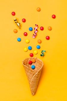 Stelle filanti e gemme su waffle su sfondo giallo
