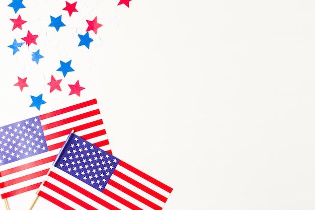 Stelle rosse e blu con bandiera usa su sfondo bianco