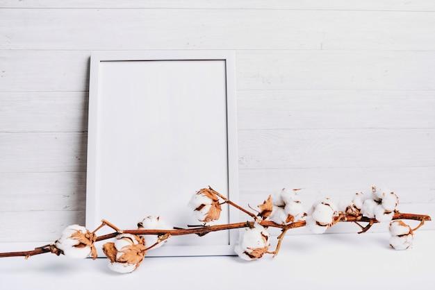 Stelo di cotone contro il fondo in legno della plancia