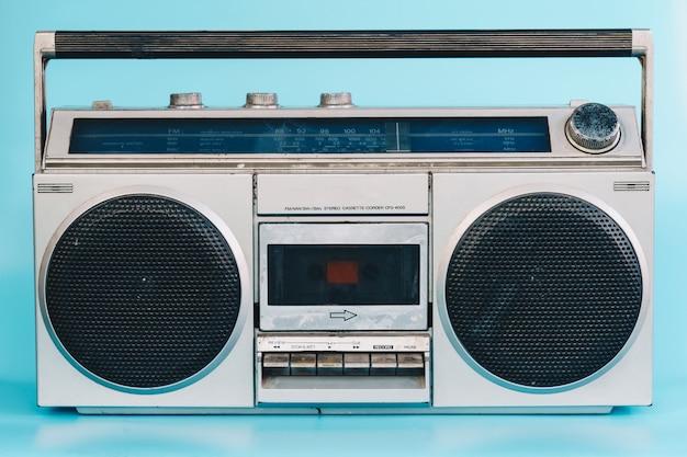 Stereo d'epoca su sfondo di colore blu pasrel