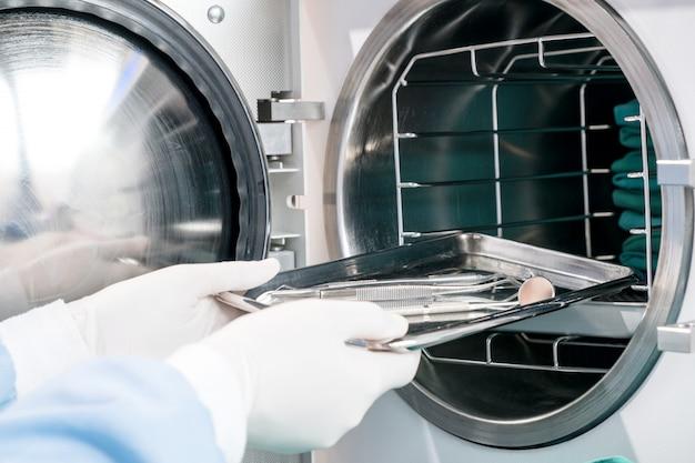 Sterilizzatrice autoclave per la pulizia di strumenti dentali. cless b / alta qualità.