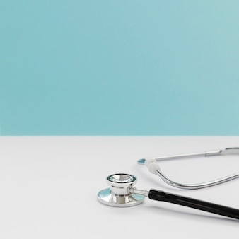 Stetoscopio ad alto angolo sulla scrivania