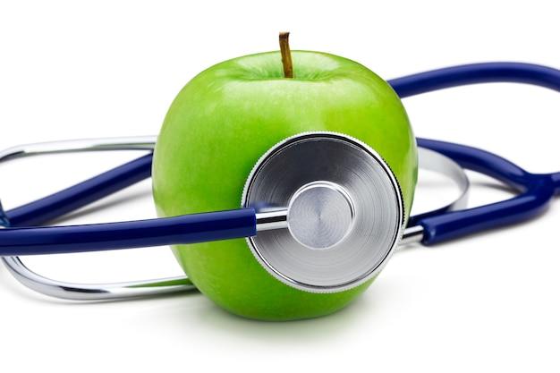 Stetoscopio che ascolta la mela verde