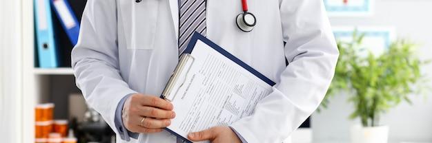 Stetoscopio che si trova sul petto maschio del medico in ufficio